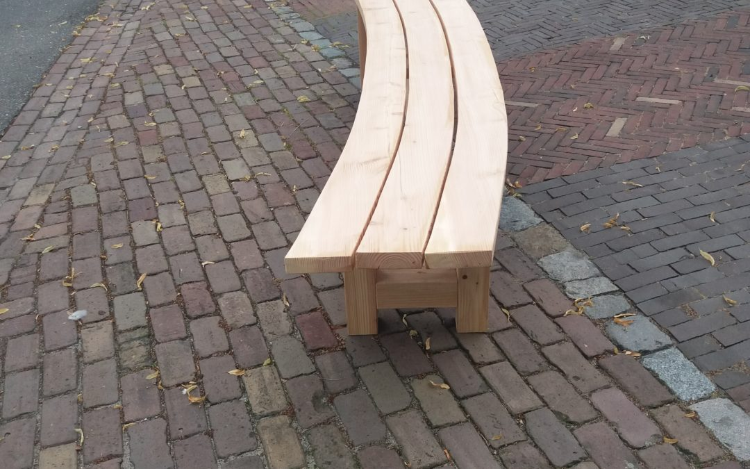 Halfronde bank gemaakt van Douglas hout met verzinkte stalen buizen en alles met pen in gat verbindingen 850,00